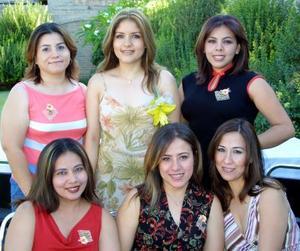 Rodeada de amistades íntimas, estuvo Mónica Miramontes Mendoza en la fiesta que le ofrecieron con motivo de su cercano enlace nupcial con Humberto Edu Ontiveros Martínez