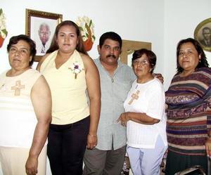 Xóchitl Mendoza y Roberto Nuñez contraerán matrimonioen breve, por lo que fueron despedidos de su soltería con un convivio, ofrecido por María del Carmen, Socorro y Raquel Ibarra.