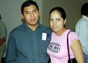 César Medina regresó a Mérida , luego de tratar asuntos en La Laguna, lo despidió  Cecilia Gómez.