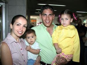 De vacaciones viajaron a Cancún, Fernando Russek y de Alejandra Russek, junto a sus pequeñas hijas Regina y Paulina