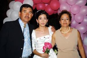 María Isabel Vélez Hernández, acompañada de sus padres Pedro y Alicia Vélez.