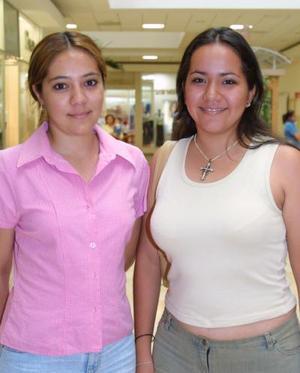 Liliana Ríos y Claudia Ríos de compras.