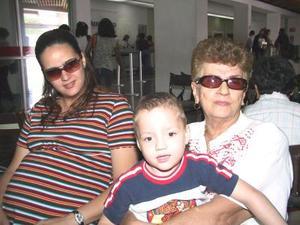 Angélica Torre, Daniela Izaguirre y el niño Javier Ramos fueron captados en la sala del aeropuerto local, en espera de un familiar.