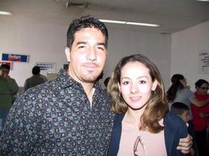 Dafne Castañeda retornó a la Laguna luego de vacaionar en México, la recibió su novio Orlando Ramírez.