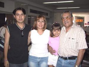 Lorena Ivonne Rodríguez con sus hijos Lorena y David  García se trasladaron a Mazatlán, los despidió un familiar.