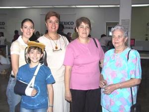 Margarita de Tosca y Daniela Romero viajaron a Mazatlán, donde vacacionarán, fueron despedidas por Carmen Castañeda y Carmen Romero.