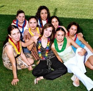 Ana Carolina Chew Gómez Llanos en compañía de Mónica, Diana Claudia, Lourdes, Gaby, Susy y Valeria, organizadoras de su segunda despedida de soltera