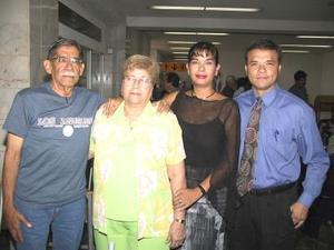 En plan vacacional viajaron a San Diego, Cal., Bárbara de Rubio y Luis Rubio, los despidieron Claudia E. Rubio y Alberto Maldonado