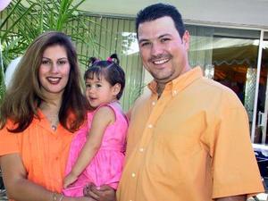 Valeria Aguiñaga acompañada de sus padres Juancho Aguiñaga y Teresa Ortega.