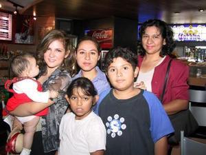 Amira Palomares, María Inés Karrum y Diana Ríos se trasladaron a Tijuana en plan vacacional, fueron despedidos por Lilia Karrum y Guillermo y Elizabeth Sapien.