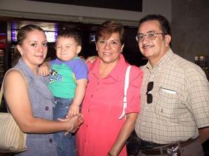 Ana María de Moreno y Jesús Moreno se trasladaron a Mazatlán para vacacionar, fueron despedidos por su hija Brends de Castro y su nieta Sahir Castro.