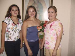 July Salazar acompañada de su hermana Claudia Salazar y de su mamá Julia Ramírez de Salazar el día de su despedida litúrgica.