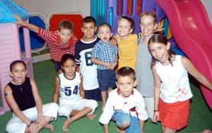 Diego Haro Robles con un grupo de amigos asistentes a la fiesta que le organizaron sus papás, por su tercer aniversario.