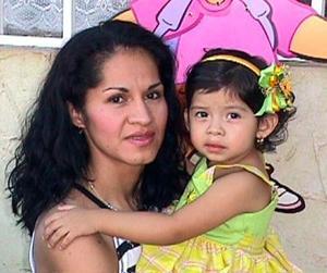 Fátima Castruita Morales acompañada de su mamá, la señora Emilia Morales, en la fiesta infantil que le ofreció por su segundo aniversario.