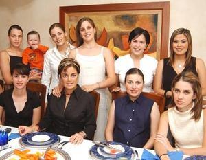 <b>01 de agosto</b> <p> Irene Karam de Fernández con un grupo de amigas que la festejó con una fiesta de canastilla, efectuada recientemente en esta ciudad
