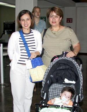 Cristina Gaytán  y su hija Paulina regresaron a Indiana después de vacacionar en La Laguna, la despidió su mamá Carolina Esguerra.
