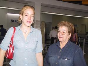 Lorena Aguilar retornó a Los Ángeles para reincorporarse a sus estudios, la despidió su mamá Elia Gandarilla de Aguilar.