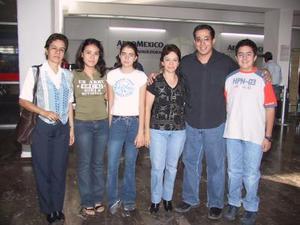 Lucila, Rosa, María, Mónica, José Gerardo y Ángel, fueron captados en la sala de espera del aeropuerto local