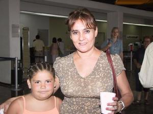 <b>02 de agosto</b> <p>Retornó a Los Ángeles, la niña Desireé Rodríguez, la despidió Pilar Gámez de Díaz
