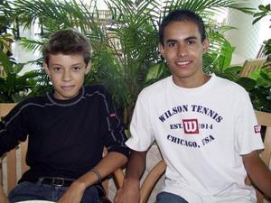Carlos Chávez Flores y Carlos Ganem Rivas en un restaurante de la localidad