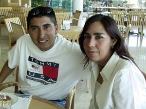 Jacob Mirón y Mayra Valdés en un restaurante de la localidad.