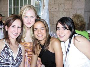 Mónica Fernández Berlanga (segunda de Izq a Der) junto a sus amigas Bárbara de Nahle, Ale Villalobos y Ana Juan Marcos, asistentes a su despedida de soltera