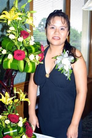 <b>02 agosto</b> <p>  Mayela Delgado Fematt en la despedida de soltera que le ofreció su mamá Dolores Fematt y su futura suegra Felipa Vázquez de Pérez.