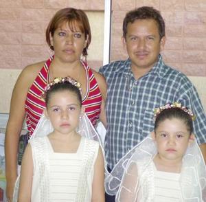 Cynthia  e Ileana con sus papás Francisco Javier Hernández y Leticia Ávila de Hernández el día de su Primera Comunión.