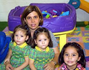 Marijose, María Isabel y María Alicia Ojeda González con su mamá, en pasado convivio infantl efectuado en la ciudad.