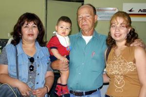 Blanca García y el niño Brendan Reyes regresaron a Fresno Cal, fueron despedidos por Jorge y Beatriz García.