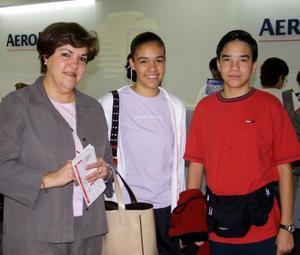 María de Lourdes, Lourdes Cadena Fernández y Arturo viajaron a la Ciudad de México.