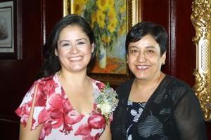 Laura Angélica Olague Rodríguez fue homenajeada con una fiesta de despedida, la acompaña su mamá Laura de Olague.
