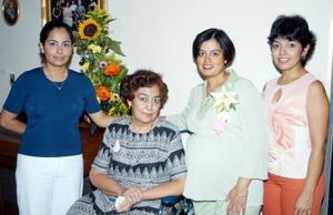 La festejada, Gabriela Cossío de López con las anfitrionas de su fiesta de canastilla, su mamá Yolanda R. de Cossío y sus hermanas Yolanda y Karla.