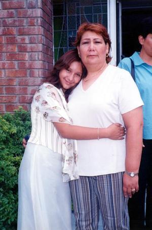 Nallely Abigail Pérez con su abuelita Georgina Soto Pérez en reciente acontecimiento social.