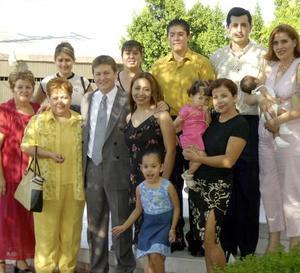 Patricia Ayala acompañada de su novio Javier Garza Rodríguez, su mamá Carmelita de Ayala, su hermana Elena y demás familiares en el convivio que le ofrecieron por su onomástico.