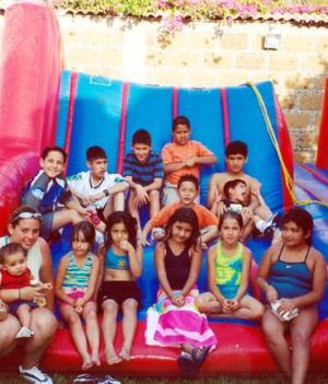 Ana Luisa Dávila con un grupo de invitadas a su fiesta de cumpleaños.