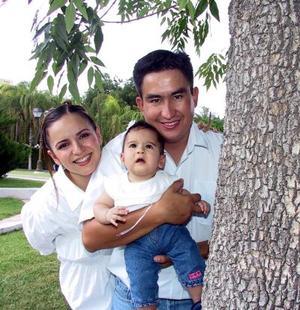 Asistieron a una fiesta infantil Miguel Frías y Melody Villarreal de Frías con su hijita Melody.