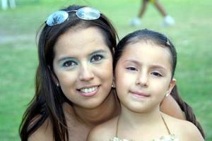 Denisse Paulette Ramírez Tovar junto a su tía Sandra Ramírez Tovar en la fiesta que le ofrecieron por su cuarto cumpleaños.