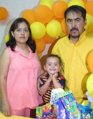 Marco Antonio López Acosta festejó su cumpleaños en compañía de sus padres Mariano López y Nancy Acosta.
