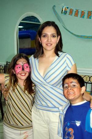 Sandra González de Garza y sus hijos Fernanda y Rafael Garza González.