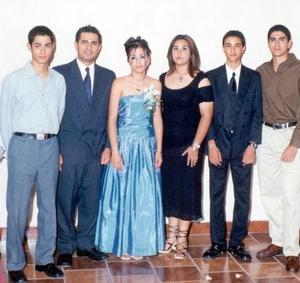 Isolda Jiménez Rodríguez el día de su ceremonia de graduación, acompañada de sus hermanos Bernardo, Pedro y Mario, sus primos Jazmín y Jaime Rodríguez Guerrero.