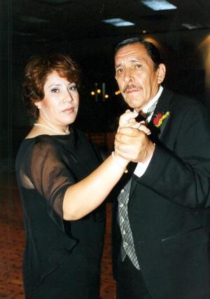María Elena Rivera y su papá Antonio RIvera Molina el día del enlace nupcial de su hermana Rocío Rivera con Gustavo Hinojosa.