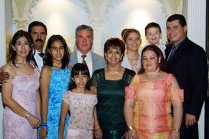 Nidia Becerril, Iván, Ivanna e Itzel Samaniego, Rogelio, Ivonne y Coco Becerril, Gabriela López, Arnoldo y Axel Becerril  en una recepción de boda.