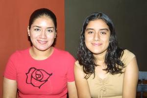 Elvia y Edith Evangelina Mijares Olmeda en un café de la ciudad.