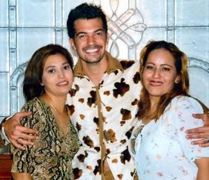 En un conocido hotel se captó a Mónica Belmares y Adriana Rodríguez en compañía del actor Fernando del Solar.