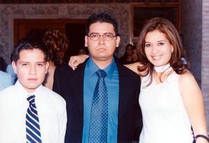 Ignacio Rosales Salas con sus hermanos Miguel Angel y Karla Kanet al término de su ceremonia de graduación