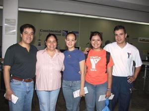 Cristal Sandoval viajó a Houston y Samuel Ríos a la Ciudad de México, fueron despedidos por Roberto Román, Paty Rojas  e Irene de Rojas.