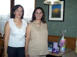 Érika Sinco de Juárez acompañada por su mamá Martha González de Sinco organizadora de su fiesta de canastilla.