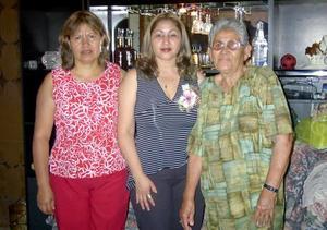 <b>05 de agosto</b> <p> Por su cercano enlace, le ofrecieron una fiesta de despedida a María Elena Delgado González las señoras Gloria Valadez y María Elena González Lozano.
