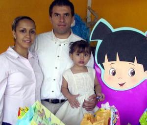 <b>05  agosto</b> <p>  Para celebrar su tercer cumpleaños, fue ofrecida una fiesta de honor de Sofía del Carmen, hija de los señores Héctor Alfaro y Carmen Reyes, quienes la acompañan